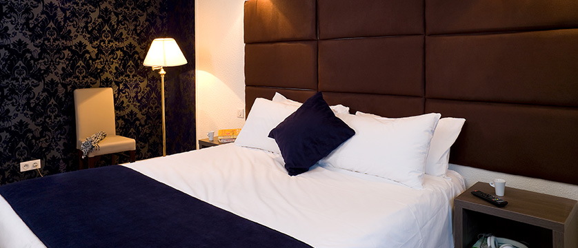 france_three-valleys-ski-area_courchevel_hotel_olympic-bar-double-bedroom3.jpg